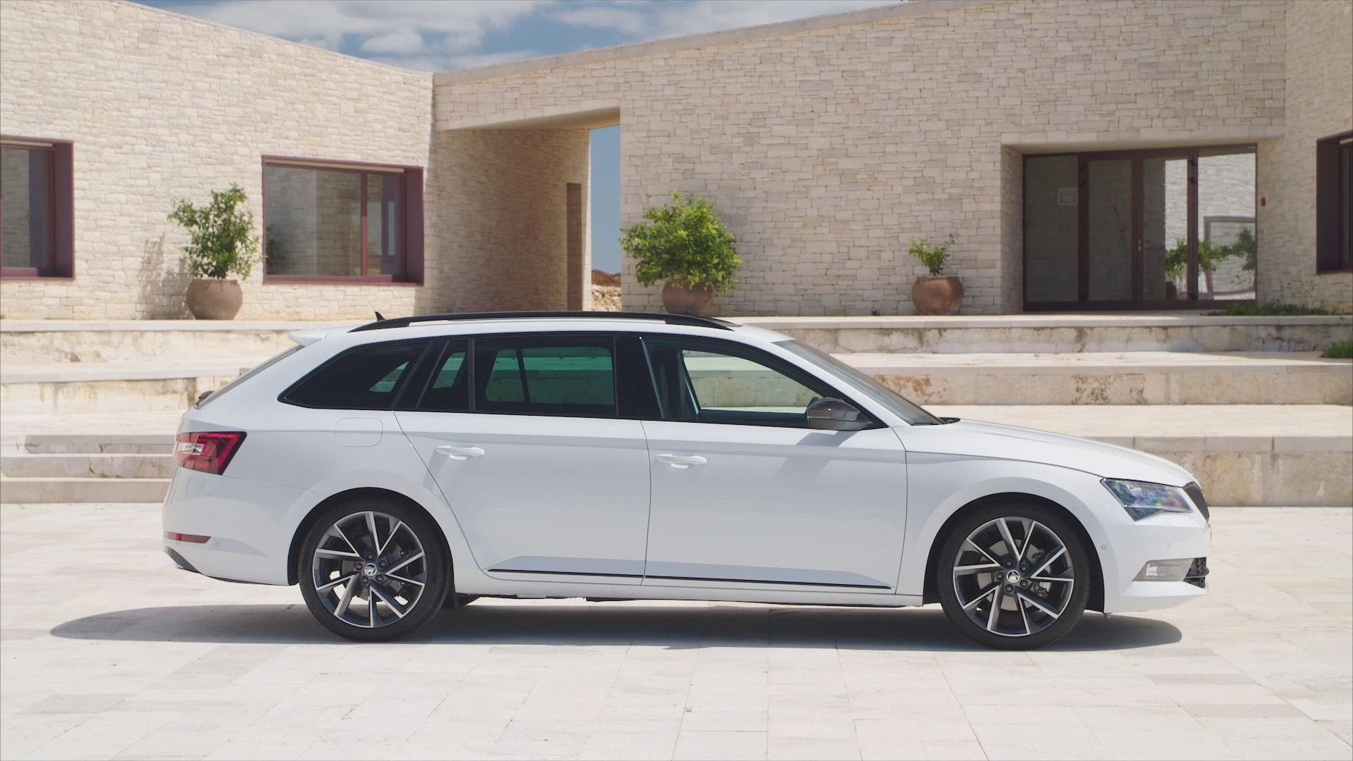skoda superb estate 2 0tdi sportline 5dr car planet. Black Bedroom Furniture Sets. Home Design Ideas