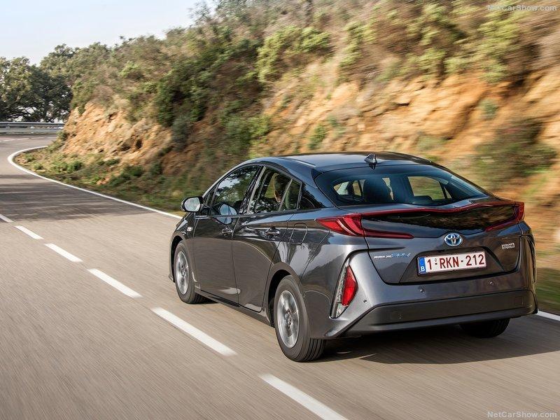 Toyota-Prius_Plug-in_Hybrid-2017-800-45